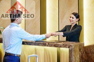 strukur organisasi hotel besar beserta tugasnya,Receptionist and businessman at the hotel